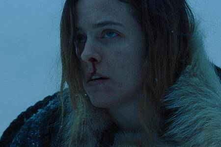 "Riley Keough als Grace in einer Szene aus ""The Lodge"". Foto: --/Universum/LEONINE/Sky/dpa"
