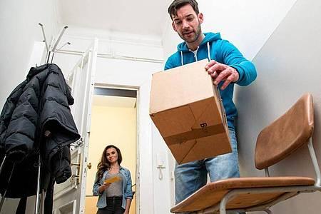Endlich gefunden: Bei welcher Nachbarin oder bei welchem Nachbarn das Paket abgegeben worden ist, lässt sich auf der Benachrichtigungskarte nicht immer klar entziffern. Foto: Christin Klose/dpa-tmn