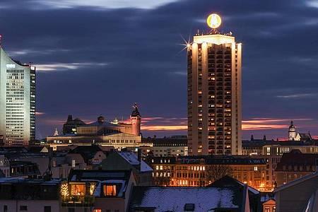 Die Innenstadt von Leipzig mit dem City-Hochhaus, Oper, Neuem Rathaus, Wintergartenhochhaus und Thomaskirche. (Archivbild). Foto: Jan Woitas/dpa-Zentralbild/ZB