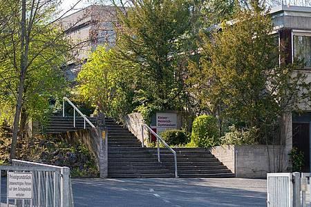Drei ehemalige Schüler sollen im Mai 2019 die Abituraufgaben aus einem Tresor eines Bamberger Gymnasiums geklaut haben. Foto: Nicolas Armer/dpa