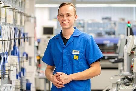 Beschäftigt sich gerne mit technischen Details: Felix Hannemann ist angehender Elektroniker für Geräte und Systeme. Foto: Nicolas Armer/dpa-tmn