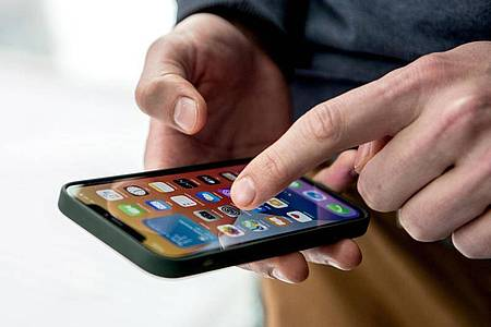 Im iPhone 12 stecken laut Apple mehr Magnete als in früheren Modellen. Foto: Zacharie Scheurer/dpa-tmn