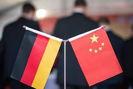 Eine chinesische und eine deutsche Flagge bei einem Empfang in Hefei (China). Foto: picture alliance / Ole Spata/dpa