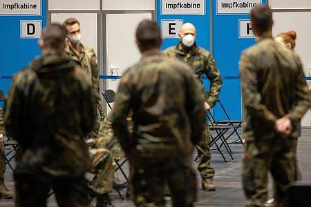 Mit Soldaten werden die Abläufe im Impfzentrum Mittelthüringen auf der Erfurter Messe geprobt. (Archivbild). Foto: Michael Reichel/dpa-Zentralbild/dpa