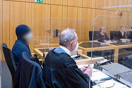 Der Angeklagte (l) sitzt im Landgericht Münster neben seinem Rechtsanwalt. Foto: Guido Kirchner/dpa
