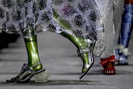 Models zeigen Kreationen von Florentina Leitner. Inspiriert haben ihre Kollektion die Vorstellung von einer Reise zum Mond und der österreichische Mondsee. Foto: Britta Pedersen/dpa-Zentralbild/dpa