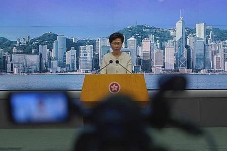 Hongkongs Regierungschefin, Carrie Lam, kündigte eine rigorose Umsetzung des umstrittenen Sicherheitsgesetzes an. Foto: Vincent Yu/AP/dpa