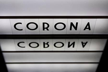 Die Zahl der Todesfälle in Deutschland im Zusammenhang mit einer Corona-Infektion liegt bei knapp 9300. Foto: Robert Michael/dpa-Zentralbild/ZB