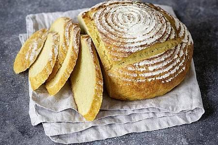 Das portugiesische Maisbrot braucht seine Zeit: Dreimal muss der Teig bis aufs Doppelte aufgehen. Foto: Lisa Nieschlag/Deutsche Welle/dpa-tmn