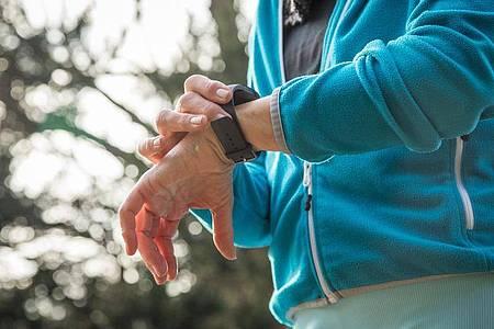 Es muss nicht immer die schweißtreibende Joggingrunde sein. Auch mit 10.000 Schritten am Tag tut man viel für die Fitness. Foto: Christin Klose/dpa-tmn