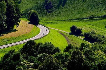 Motorradfahrer auf Tour durch die Fränkische Schweiz. Foto: Nicolas Armer/dpa/dpa-tmn