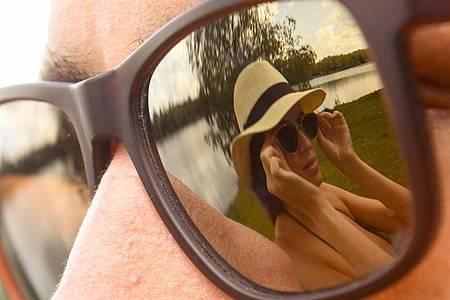 Sonnenbrillen gibt es in verschiedenen Tönungsstärken - wichtig ist aber, dass sie auch UV-Schutz bieten. Foto: Tobias Hase/dpa-tmn