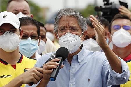 Guillermo Lasso spricht zu seinen Anhängern, nachdem er seine Stimme in einem Wahllokal abgegeben hat. Foto: Angel Dejesus/AP/dpa
