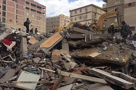 Rettungskräfte durchsuchen die Trümmer eines eingestürzten Wohnhauses im Stadtteil el-Salam. Foto: Mohamed Salah/AP/dpa