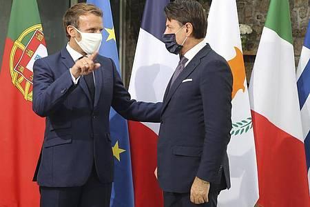 Frankreichs Präsident Emmanuel Macron (l) und Italiens Ministerpräsident Giuseppe Conte fordern die Türkei zum Kurswechsel auf. Foto: Ludovic Marin/AFP POOL/AP/dpa
