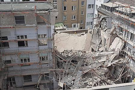 Im Düsseldorfer Zentrum sind bei Bauarbeiten Teile eines Gebäudes eingestürzt. Foto: Gerhard Berger/dpa