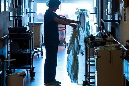 Pflegekräfte, die in der Corona-Krise besonders belastet sind, können ab dem 26. Mai bei einer kostenlosen psychotherapeutischen Beratung anrufen. Foto: Jens Büttner/dpa-Zentralbild/dpa