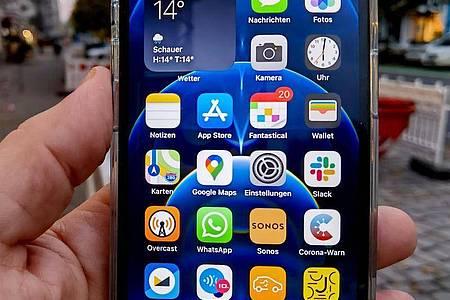Das neue iPhone 12 ist um 11 Prozent dünner, um 15 Prozent kleiner und um 16 Prozent leichter als sein Vorgänger. Foto: Christoph Dernbach/dpa-tmn