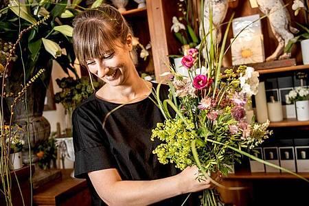 An Muttertag oder Weihnachten wird es im Blumenladen besonders stressig: Als angehende Floristin weiß Lisa Eva Zienc, was sie dann erwartet. Foto: Zacharie Scheurer/dpa-tmn