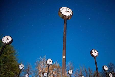 Am frühen Sonntagmorgen wird der Zeiger um 2.00 Uhr auf 3.00 Uhr gerückt. Foto: Fabian Strauch/dpa