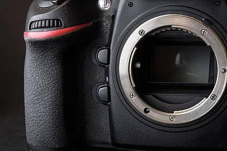Blick ins Innere einer Spiegelreflexkamera: Die Technik dieser Kamerabauart benötigt verhältnismäßig viel Platz und ist recht schwer. Foto: Sina Schuldt/dpa-tmn