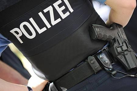 Eine Polizistin trägt ihre Dienstwaffe am Gürtel. Foto: Arne Dedert/dpa