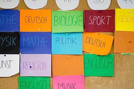 Ein Stundenplan hängt in einer 8. Klasse in einem Gymnasium. (Symbolbild). Foto: Julian Stratenschulte/dpa