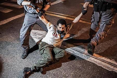 Die Polizei verhaftet während einer Protestaktion einen Demonstranten. Foto: Ilia Yefimovich/dpa