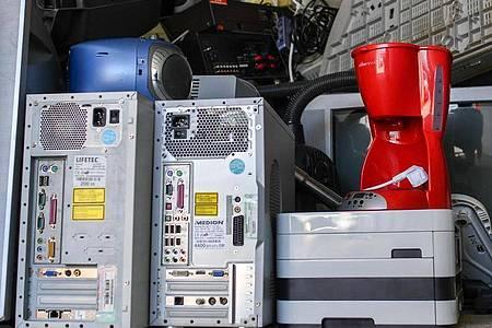 Wer ausgediente Hardware weggeben oder entsorgen möchte, sollte tunlichst darauf achten, dass keine Daten mehr auf den Geräten sind. Foto: Jens Kalaene/dpa-Zentralbild/dpa-tmn