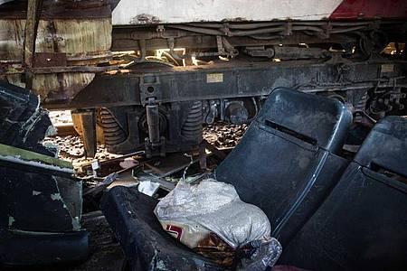 Zwei Sitze liegen auf den Gleisen, nachdem zwei Züge miteinander kollidiert sind. Immer wieder kommt es in Ägypten zu Zugunfällen mit vielen Toten, wie im Februar 2018. Foto: Fayed El-Geziry/dpa/Archiv