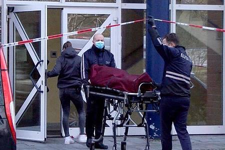 Bestatter bringen nach dem tödlichen Unfall Mitte April einen Leichnam aus der Arztpraxis in Bremen. Foto: Christian Butt/Kai Moorschlatt/Nord-West-Media /dpa