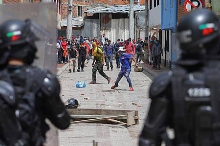 Anti-Regierungs-Demonstranten stoßen in Gachancipa mit der Polizei zusammen. Foto: Ivan Valencia/AP/dpa