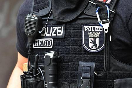 Ein Polizeibeamter während einer Razia in Berlin. Foto: Paul Zinken/Archiv/dpa