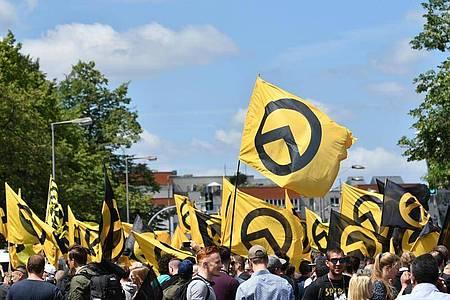 Anhänger der «Identitären Bewegung» demonstrieren in Berlin (Archiv). Twitter hat Konten der rechtsextremen Gruppierung gesperrt. Foto: Paul Zinken/dpa