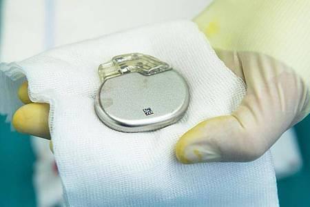 Herzschrittmacher werden Patienten implantiert, bei denen das Herz zu langsam schlägt. Foto: Maurizio Gambarini/dpa/dpa-tmn