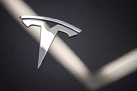 Obwohl Tesla sein Autopilot-System verbessert hat, bemängeln Experten die mangelnde Sicherheit. Foto: Christophe Gateau/dpa