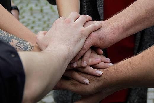 Hände die übereinander liegen