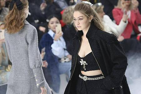 Model Gigi Hadid präsentiert eine Kreation der Herbst/Winter Damenkollektion von Chanel bei der Pariser Fashion Week. Foto: Vianney Le Caer/Invision/AP/dpa