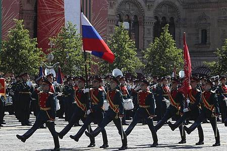 Mitglieder der russischen Ehrengarde marschieren zum 75. Jahrestag des Sieges der Sowjetunion über Hitler-Deutschland auf dem Roten Platz. Foto: Pavel Golovkin/Pool AP/dpa