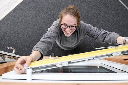 Jalousien, Rollladen oder Markisen - als angehende RS-Mechatronikerin kennt Laura Walig sich mit allen Formen des Sonnenschutzes aus. Foto: Tobias Hase/dpa-tmn