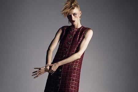 Nur online: Ein Model präsentiert eine Kreation von Chanel. Foto: Mikael Jansson/Chanel/dpa