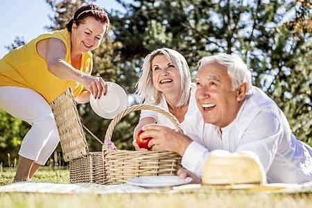 Freundschaften pflegen ist ebenso wichtig wie gesunde Ernährung, um auch im Alter geistig fit zu bleiben. Foto: Robert Kneschke/Westend61/dpa-tmn