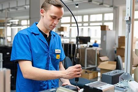 Hat schon als Kind gerne gebastelt und geschraubt:Felix Hannemann fühlt sich in seiner Ausbildung zum Elektroniker für Geräte und Systeme wohl. Foto: Nicolas Armer/dpa-tmn