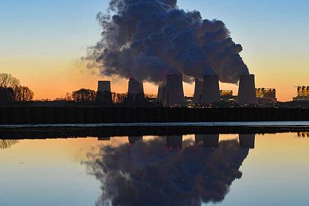 Wasserdampf steigt aus den Kühltürmen eines Braunkohlekraftwerks. Die EU will bis 2050 unterm Strich gar keine Treibhausgase mehr ausstoßen. Foto: Patrick Pleul/zb/dpa