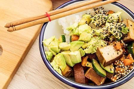 Aus Tofu, Avocado und anderen Zutaten lässt sich eine schmackhafte Bowl zubereiten. Foto: Christin Klose/dpa-tmn