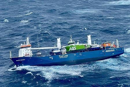 Rund 350 Tonnen Schweröl sowie 50 Tonnen Diesel hat die havarierte «Eemslift Hendrika» an Bord. Foto: Redningshelikopter Florø/Hoved/NTB/dpa