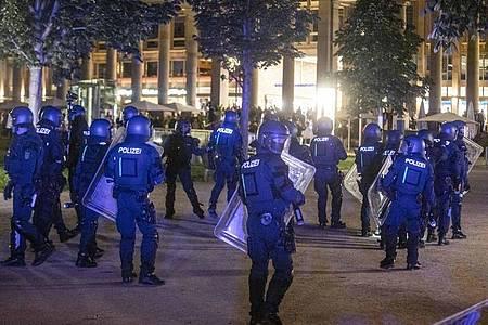 Bei Auseinandersetzungen mit der Polizei hatten dutzende gewalttätige Kleingruppen die Innenstadt verwüstet und mehrere Beamte verletzt. Foto: Simon Adomat/dpa