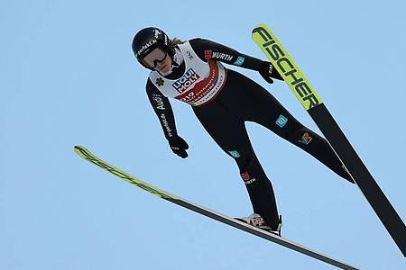 Anna Rupprecht sprang auf der Schanze am Schattenberg 92,5 und 98,5 Meter weit. Foto: Daniel Karmann/dpa