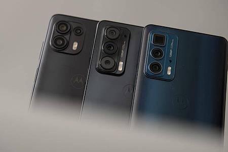 Drei Smartphones für verschiedene Ansprüche: Das Motorola Edge 20 Lite (links), das Edge 20 (Mitte) und das Edge 20 Pro (rechts). Foto: Zacharie Scheurer/dpa-tmn