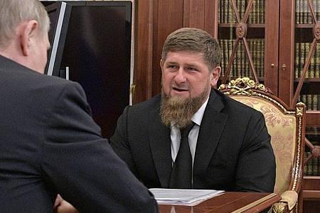 Der tschetschenische Republikchef Ramsan Kadyrow zu Gast bei Kremlchef Wladimir Putin in 2017 in Moskau. (Archiv). Foto: Alexei Druzhinin/Sputnik/Kremlin Pool Photo/AP/dpa